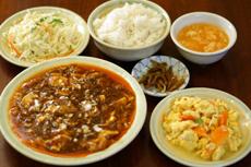 580日元的午餐不仅含有小前菜,米饭,杏仁豆腐和饮料也是可以自由添加的