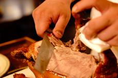 当然是皮上带一层厚厚的肉的传统吃法