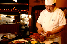 调理技师在您的面前将一只完整的烤鸭细细切片,俗称片鸭